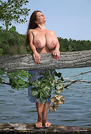 Nadine Jansen by the lake