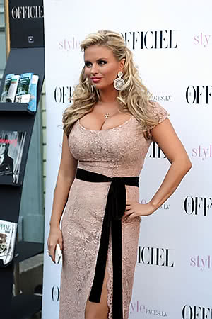 Anna Semenovich knows how to dress