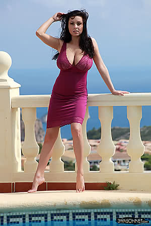 Ewa Sonnet in a purple dress
